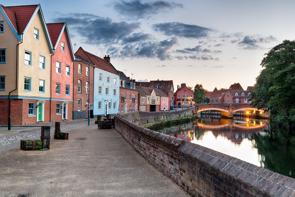 colorful-houses-at-dusk-on-the-river-yare-as-it-flows-through-the-city-of-norwich-in-norfolk-norwich