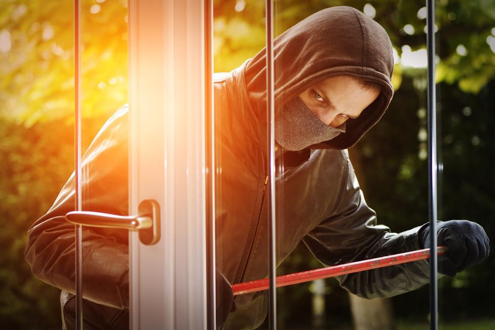 burglar breaking into a house without a burglar alarm - Verisure Smart Alarms