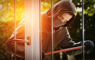 burglar breaking into a house without a burglar alarm - Verisure Smart Alarms